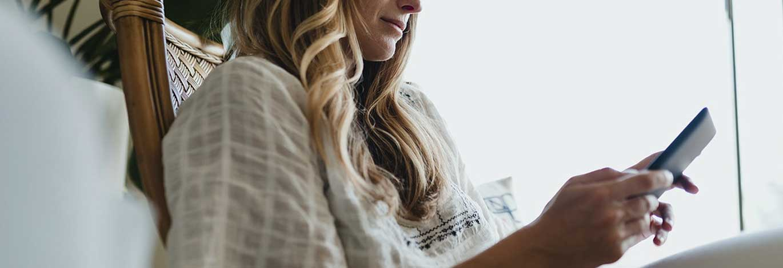 1600160056-vrouw-thuis-met-tablet-op-de-bank.jpg | Solliciteren in coronatijd