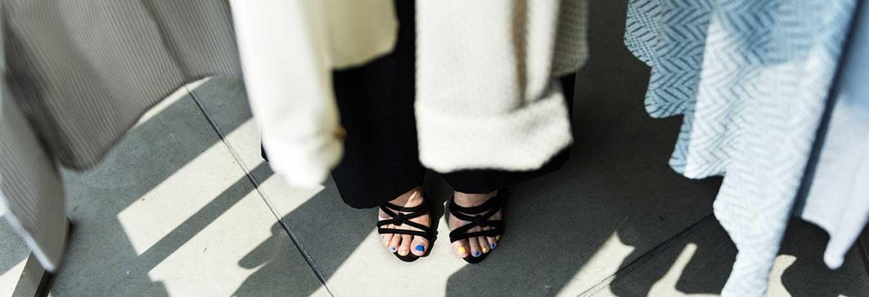 1603277197-vrouw-kleding-rek-met-gelakte-nagels.jpg | Hittegolf op kantoor?