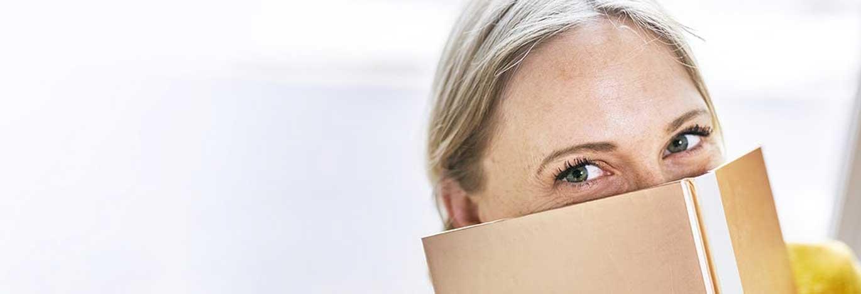 Vrouw-verstopt-achter-boek-1.jpg | De ideale werknemer: Hoe presenteer jij jezelf online?