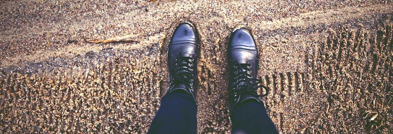 laarzen-in-het-zand.jpg | Stilstand kan juist zorgen voor vooruitgang