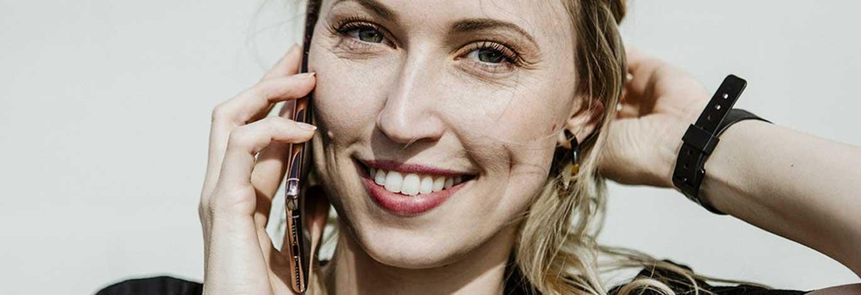 meisje-met-mobiele-telefoon--rode-lippenstift.jpg | De ideale werknemer: Hoe presenteer jij jezelf online?